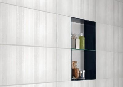 Ein in die Wand eingefasstes Regal für Bad oder Dusche
