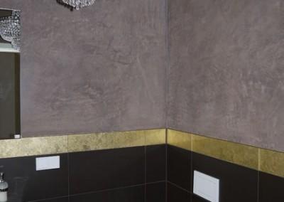 Ein glamourös gestaltetes Bad mit goldener Bordüre