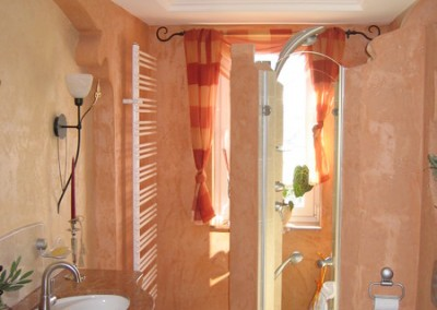 Ein terracotta-farbenes Bad im mediterranen Stil